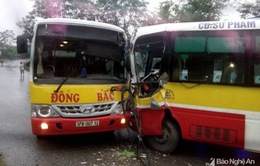 Nghệ An: 2 xe bus đấu đầu, tài xế mắc kẹt trên ghế lái