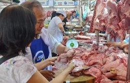 TP.HCM dán tem truy xuất nguồn gốc thịt lợn ở các chợ truyền thống