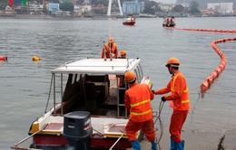 Khắc phục sự cố bục ống dẫn khiến 200 lít dầu tràn ra Vịnh Hạ Long
