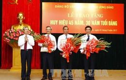 Văn phòng Trung ương trao tặng Huy hiệu Đảng