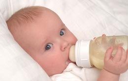 Bú bình, trẻ dễ mắc vấn đề về tiêu hóa