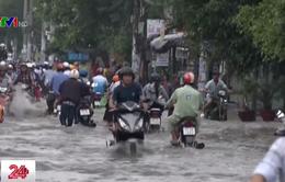 Ngập ngày ngập đêm, người dân TP.HCM khổ khi mùa mưa về
