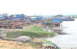 """Triều cường dâng cao """"xóa sổ"""" bãi đóng tàu của ngư dân ở Phú Yên"""