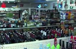 Tên trộm bất tỉnh do uống quá nhiều rượu tại nơi gây án