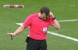 """Trọng tài 2 lần """"bẻ còi"""" trong trận Pháp 0-2 Tây Ban Nha"""