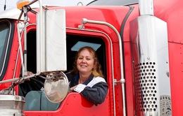 Những phụ nữ làm nghề lái xe tải