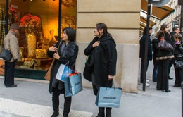 Một nhóm du khách bị cướp bằng hơi cay tại Paris (Pháp)