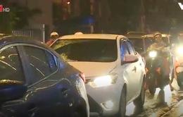 Nhiều tuyến phố tại Hà Nội bị ùn tắc kéo dài trong mưa rét