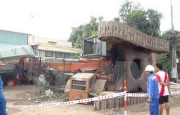 Đồng Tháp: Xe cẩu hơn 50 tấn lật nhào vào nhà dân