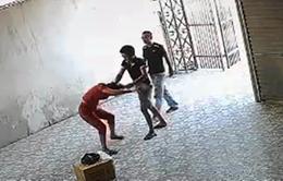 Khởi tố 2 đối tượng hành hung nữ chủ xe khách ở Nghệ An
