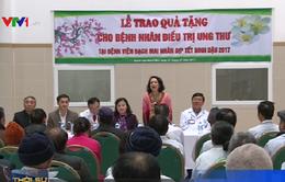 Trao quà Tết cho bệnh nhân ung thư tại Bệnh viện Bạch Mai