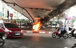 Hà Nội: Bị CSGT lập biên bản do vi phạm, chủ xe châm lửa đốt xe