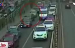 Xe ô tô dạt sang hai bên nhường đường cho xe cứu thương