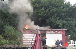 Nhà nổi hồ Tây bốc cháy khi đang tháo dỡ