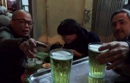"""Bia hơi """"thân thiện"""" của Hà Nội lên sóng CNN"""