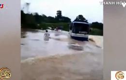 Rùng mình khi tài xế cố tình điều khiển xe qua đập tràn lúc mưa lũ