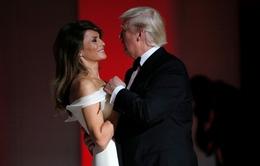 Tổng thống Donald Trump khiêu vũ tình tứ cùng vợ trên nền nhạc My way