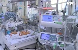Số trẻ sơ sinh viêm phổi do virus RSV gia tăng lúc giao mùa