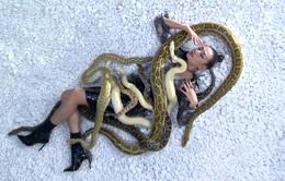 """Vietnam's Next Top Model 2017: Thị phạm cho thí sinh, Võ Hoàng Yến """"chơi đùa"""" với trăn và rắn"""