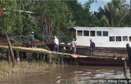 Sóc Trăng: Cấm phà, người dân qua sông Hậu bằng thuyền máy