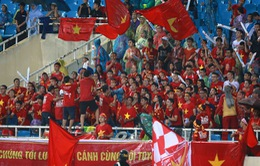Vũ điệu dưới mưa của các CĐV bóng đá Việt Nam