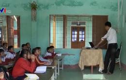 Vận động học sinh đến lớp ở vùng cao Quảng Nam