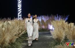 Tuần lễ thời trang Việt Nam Thu Đông 2017: Dàn mẫu sải bước uyển chuyển giữa cánh đồng lau