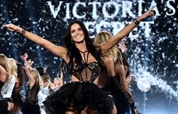 Hậu ly hôn, thiên thần Victoria's Secret tự kết hôn với chính mình