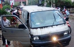 Phú Yên: Xe chở gỗ không rõ nguồn gốc lao vào gác chắn đường sắt