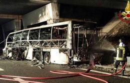 Xe bus tông cột điện, ít nhất 16 học sinh tử vong