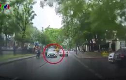 Clip: Tài xế lái taxi rẽ ẩu, suýt gây tai nạn nghiêm trọng