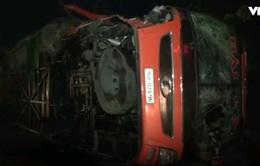 Khẩn trương cứu chữa nạn nhân vụ lật xe khách ở Nghệ An