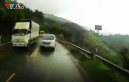 Clip: Vượt ẩu trên đường đèo trời mưa, ô tô suýt gây tai nạn