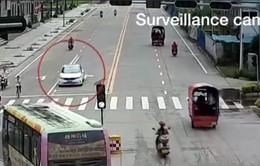 Trung Quốc: Bé trai 6 tuổi lái ô tô giữa đường đông người