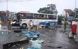 Quảng Trị: Xe khách đâm nhau trước bến xe Đông Hà, tài xế nhập viện
