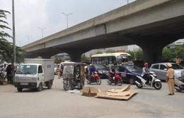 Xe ba bánh lật ngửa, đè chết một người tại Hà Nội
