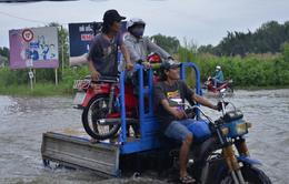 TP.HCM: Những chuyến xe tình nguyện chở người qua vùng ngập