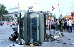 Xe chở Cảnh sát PCCC bị lật nhào giữa phố do va chạm