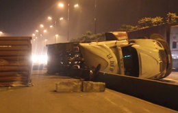 Xe container ép nhau, lật nhào trên xa lộ Hà Nội