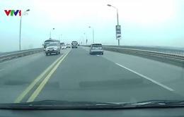 Xe khách chạy đua vượt ẩu trên cầu