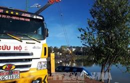 Lâm Đồng: Xe khách lao xuống hồ Xuân Hương