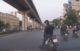 Xe máy suýt bị ô tô đâm do phanh gấp