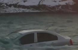 Trung Quốc: Cứu thành công 5 người trong xe rơi xuống sông