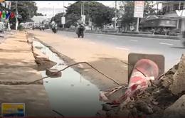 Né trạm cân, xe tải đi vào khu dân cư  làm vỡ tấm đan mương thoát nước