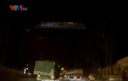 Xe tải không nhường đường suýt gây tai nạn