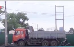 """Nha Trang: Né giờ cấm, hàng loạt xe tải """"án binh bất động"""" trên đại lộ"""