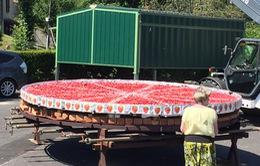 Chiếc bánh kem dâu khổng lổ dành cho các cua rơ Tour de France
