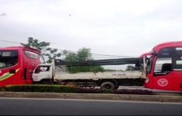Hàng chục khách mắc kẹt do tai nạn liên hoàn