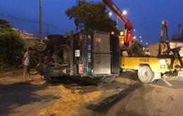 TP.HCM: Xe tải lật nhào, Quốc lộ 1 kẹt cứng