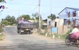 """""""Né"""" trạm thu phí, xe tải chọn đường liên xã nhỏ hẹp lưu thông"""